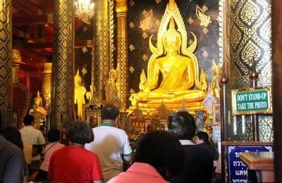 Ват Пхрасисанпхет – золотая статуя Будды